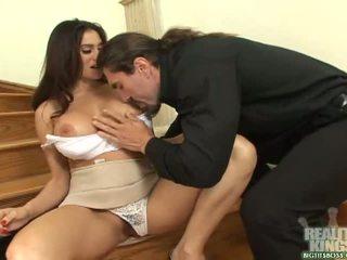 Bruna segretaria con grande poppe ottenere un pene