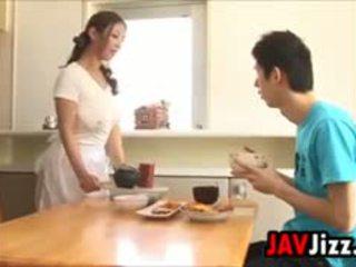 Grūti japānieši dzimumloceklis jautrība uz the virtuve