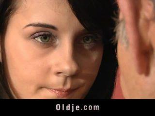 Leila práctica sexual exercises con viejo hombre