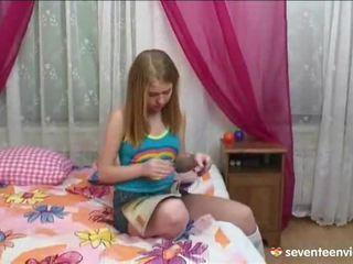 Мастурбиране onto тя divan
