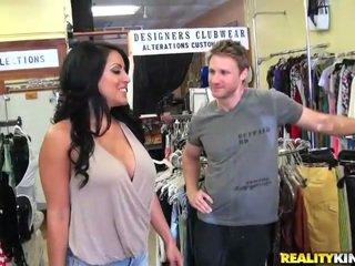 Sexy et gros seins belle kiara chevauchée une pecker