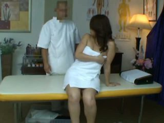 Młody żona reluctant orgazm podczas zdrowie masaż
