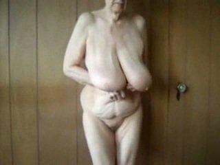 80 рік старий бабуся з великий saggy цицьки