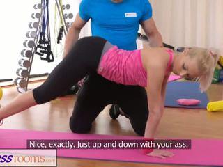 Fitnessrooms bendy loira bends sobre para dela pessoal trainer