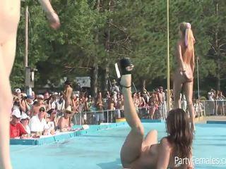 Freaky filles fête dur pour la crowd
