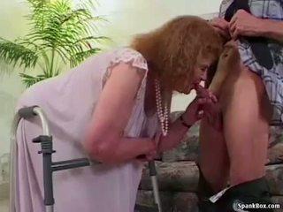 Nonnina loses suo denti mentre succhiare