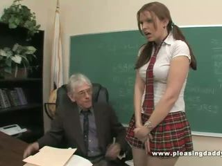 Student fucks e ndyrë i vjetër mësues në kaloj klasë