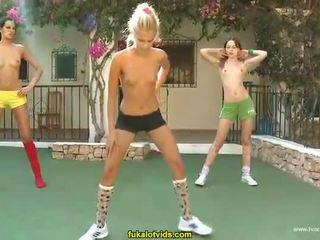 Trīs kails pusaudze meitenes doing exercises