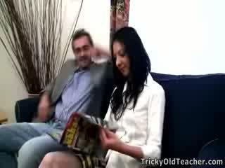 孩儿 女孩 inga 尖叫 从 野 他妈的 同 pulsating 公鸡 的 她的 丑 老师.