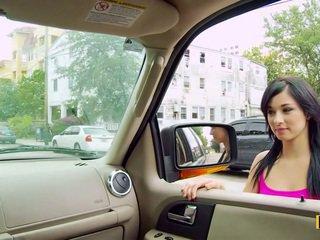 Mandy fills suo passenger lato fica