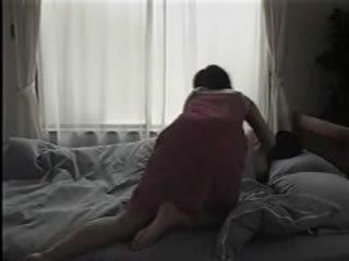 Japońskie kobieta rozbieranie się i having seks na the łóżko