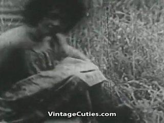 Vajzë me i madh gjinj dhe me lesh kuçkë fucked në fushë