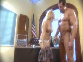 Flokëverdhë aiden starr blowing një masiv pipe dhe receives të saj e lagur hole licked