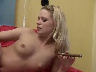 Piss blondýna vyfajčenie cigar a čúranie
