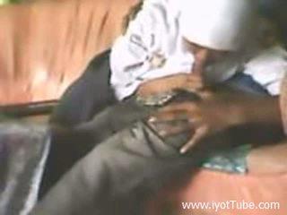 Iyot ng estudyante sa sofa