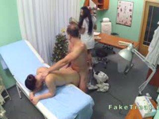 Doctor fucks limpiando dama y enfermera