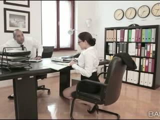 巨乳 孩兒 valentina nappi 辦公室 他媽的