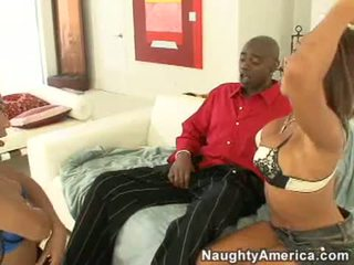 Concupiscent swarthy kurwa rane revere i jej seksowne przyjaciel ssać a duży czarne kutas kij