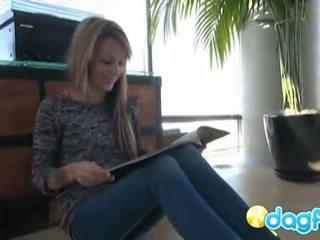 Laney gets naakt op de vloer massaging haar poesje