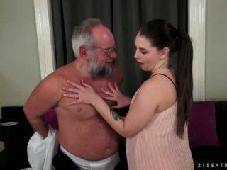 Angelina brill fucks an më të vjetër gentleman