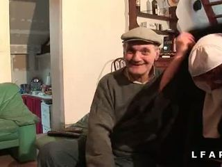 Une vieille nonne baisee et sodomisee par papy et син pote