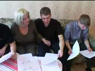 Mama și trei sons fierbinte familie sex orgie