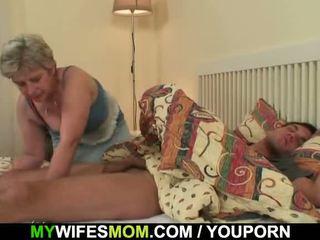Scandalized datter finds henne gammel mamma riding hans pikk