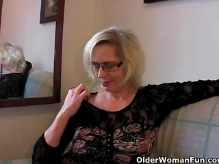 Збочений бабуся pushes її fist вгору її старий пизда