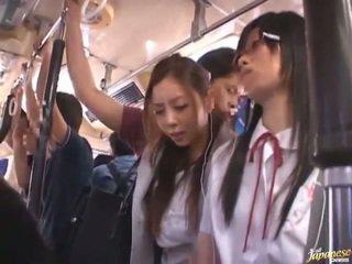 Shameless zkažený číňan females having funtime kolem bananas v veřejné autobus