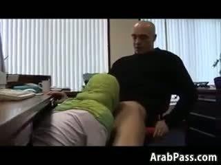 Broke arab fucks en an oficina para dinero