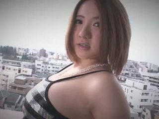 Alice ozawa gives um japão broche e fucks two guys