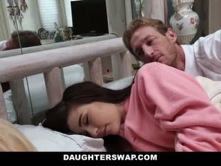 Daughterswap - daughters geneukt gedurende sleepover