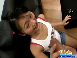 Kívánós apró bébiszitter evelyn shows ki neki segg és fingers mély