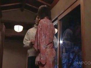 Słodkie azjatyckie geisha getting język kissed i stopy licke