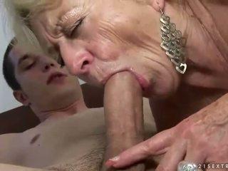 ग्रॉनी और बोए enjoying कठिन सेक्स