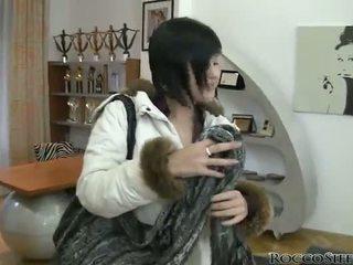 จุด ของ ดู mov ของ awe inspiring abbie cat การจูบ และ bonking a rooster