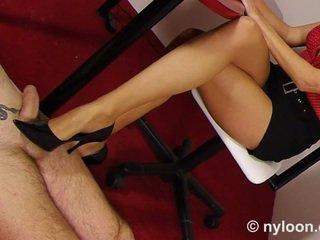 Nylon pantyhosed sekretær gives shoejob og footjob