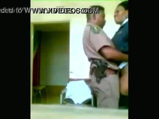 黑色 警察 officers boning 而 cities are being looted