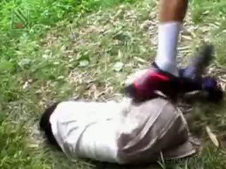 Fragile azijietiškas mokinukė getting brutally pakliuvom lauke