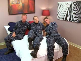 Sexy navy mädchen fucks sie sailors
