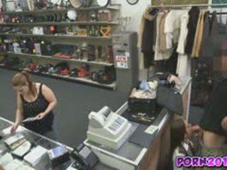 Evelyn prísť okolo the counter a sať môj kokot