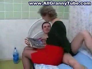 Бабичка и grandson чукане