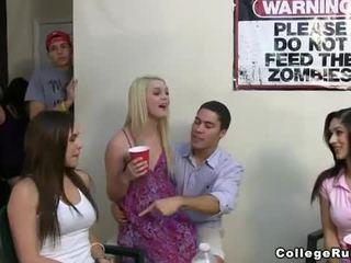 Slutty 女子学生クラブ 女の子 パーティー ハード とともに frat boys