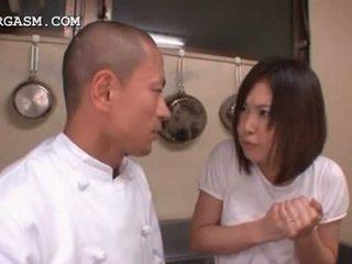 Ázijské čašníčka gets kozy grabbed podľa ju šéf na práca