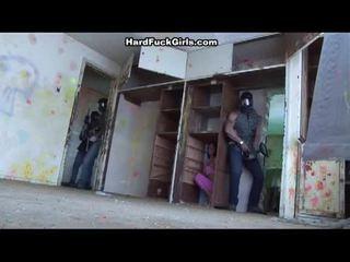 Kvinna fångad och körd i an abandoned hus