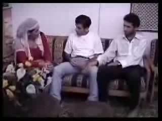 Αραβικό νοικοκυρά πατήσαμε με two guys. βίντεο