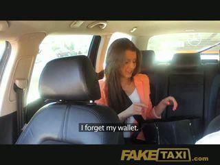 Faketaxi i ri vajzë pounded në bëj lart për taxi fare