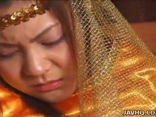 Peu precious asiatique princesse baisée par son prince.