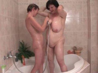 Saggy lesbiennes bain