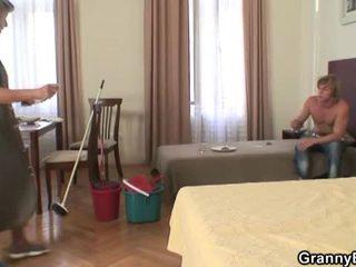 Cachonda después un fiesta, dude gets madura limpiando dama a golpe él